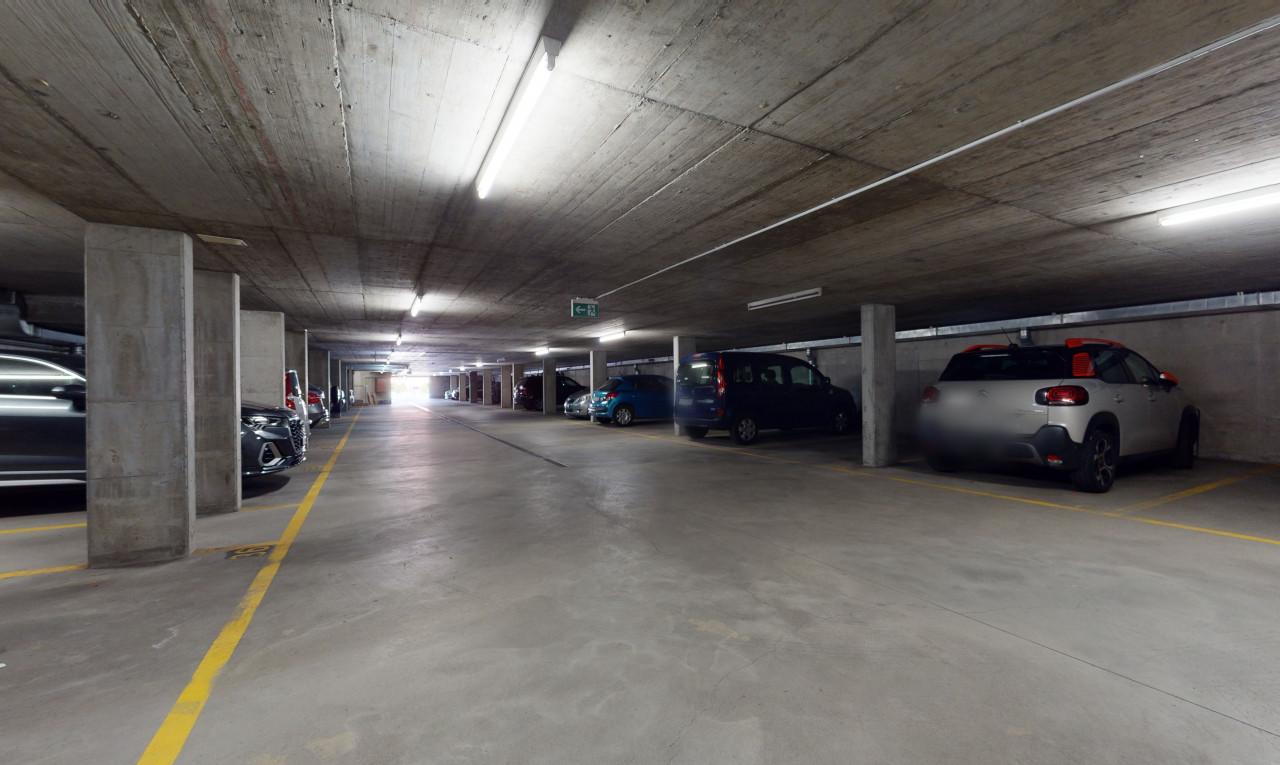 Parking extérieur (12 / 37 places font partie de l'immeuble)